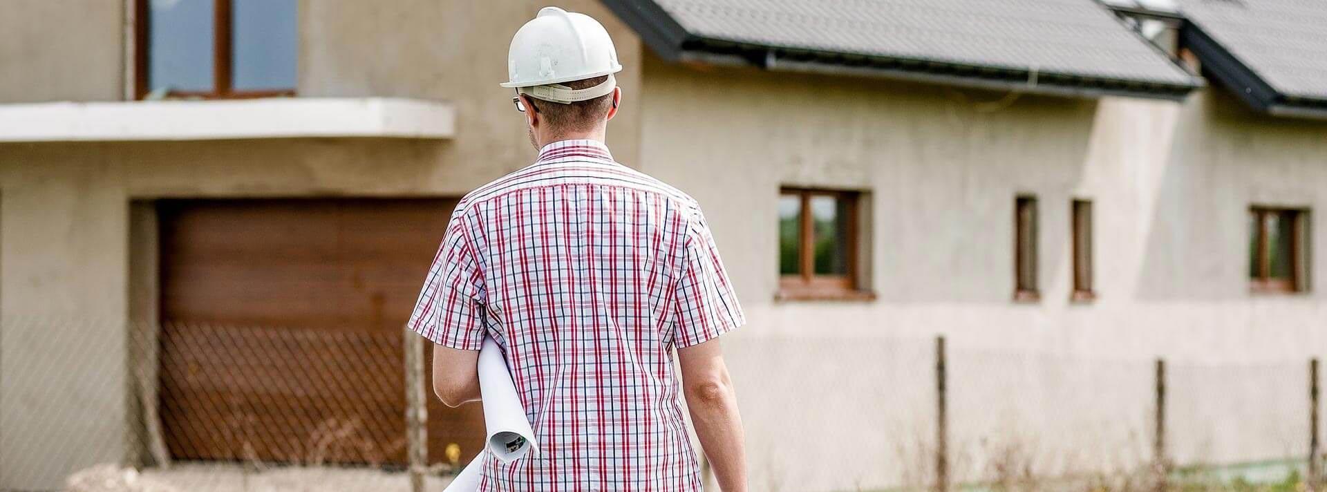 Bauarbeiter mit Helm und Bauplänen - KeMa Baudienstleistungen bei Augsburg